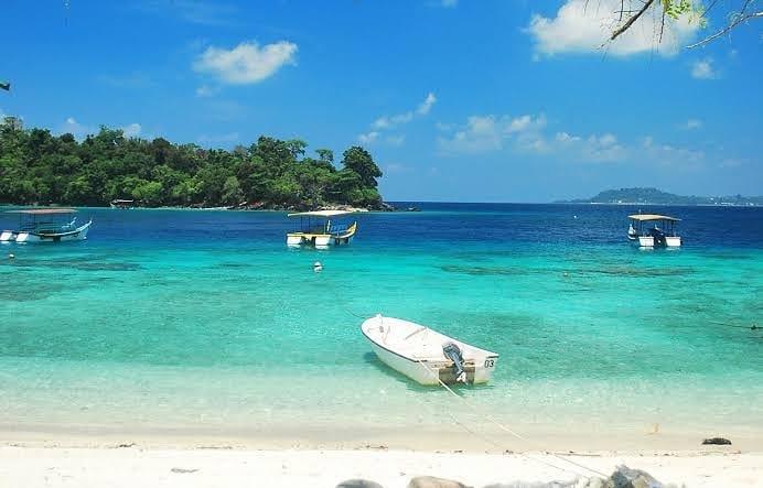 Pantai Iboih berpasir putih yang luas