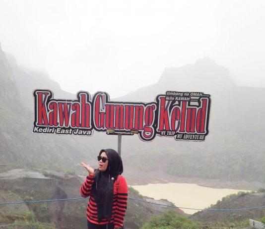 Berfoto di Kawah Gunung Kelud